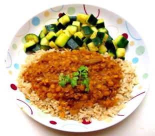 Lentilles corail à l'indienne avec du riz brun et des dès de cougette