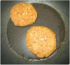 burgers végétaliens de lentilles corail cuits