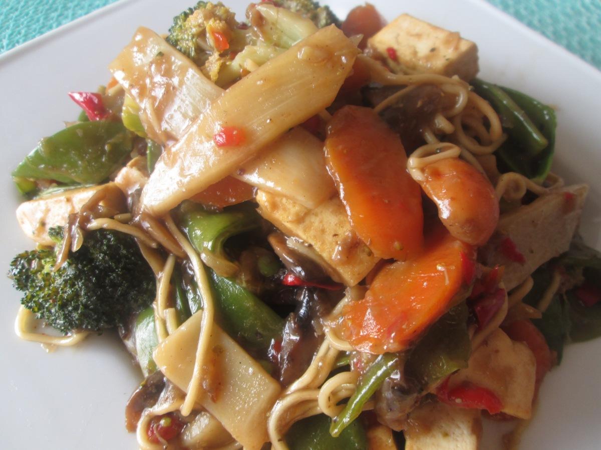 Poêlée végétalienne chinoise aux légumes et autofu